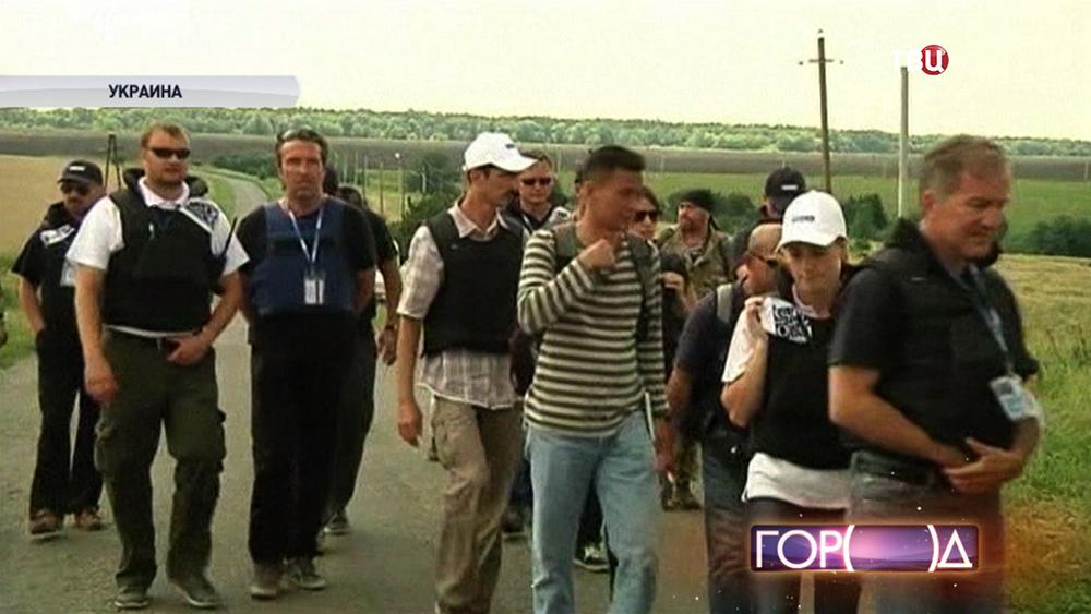 """Международные эксперты на месте падения пассажирского самолета """"Малайзийских авиалиний"""" Boeing 777"""