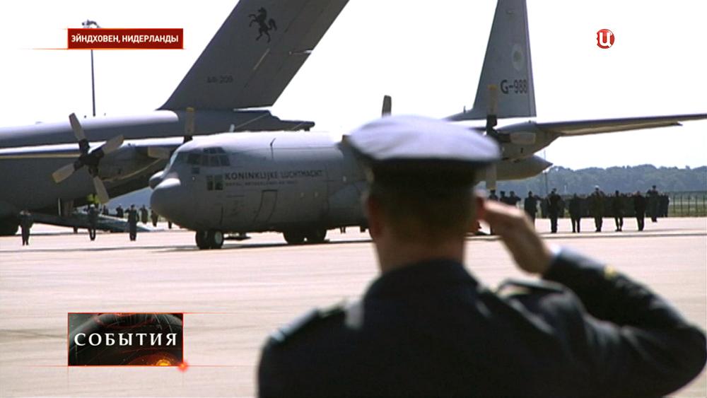 Самолеты с телами погибших в авиакатастрофе Boeing 777 прибыли в Нидерланды
