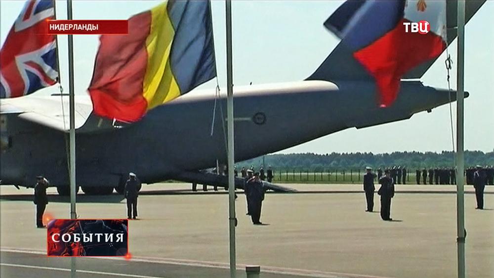 Самолет с телами жертв крушения малазийского Boeing 777 прибыл в Нидерланды