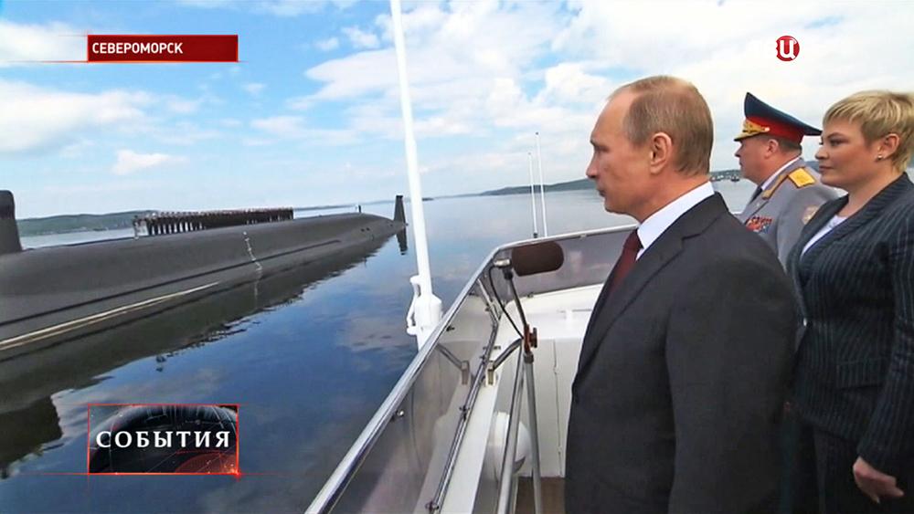 Президент России Владимир Путин поздравляет экипаж подводной лодки с днем ВМФ