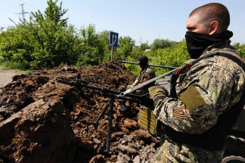 Бойцы подразделения ЛНР на блокпосту