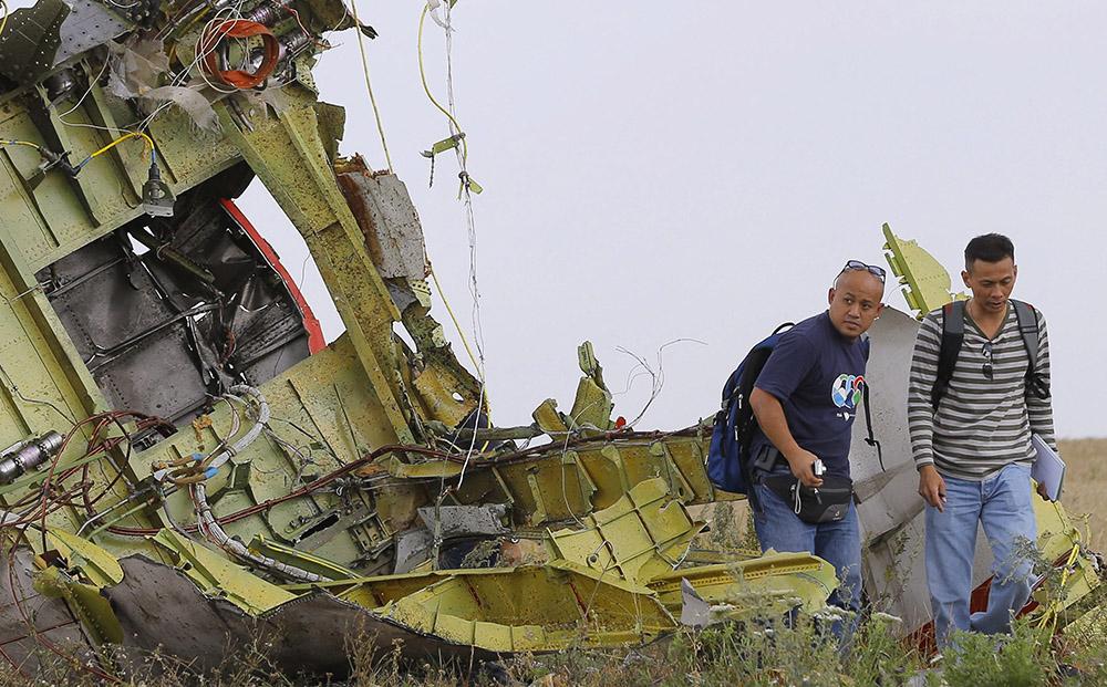 Эксперты на месте крушения самолета Malaysia Airlines в Донецкой области