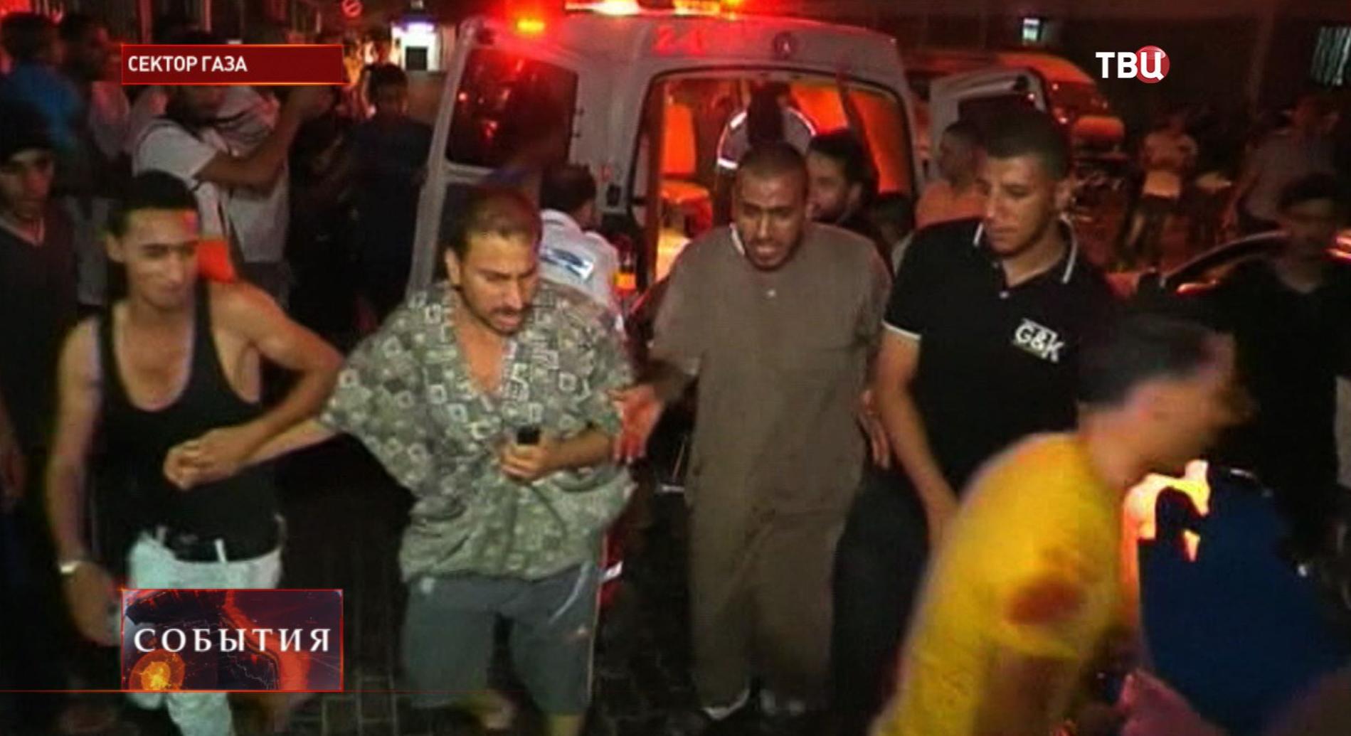 Жители спасаются от обстрелов в секторе Газа