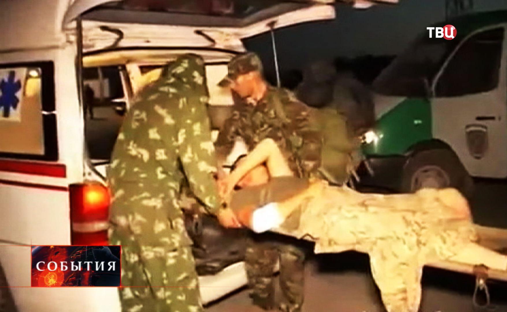Погрузка раненого украинского военнослужащего