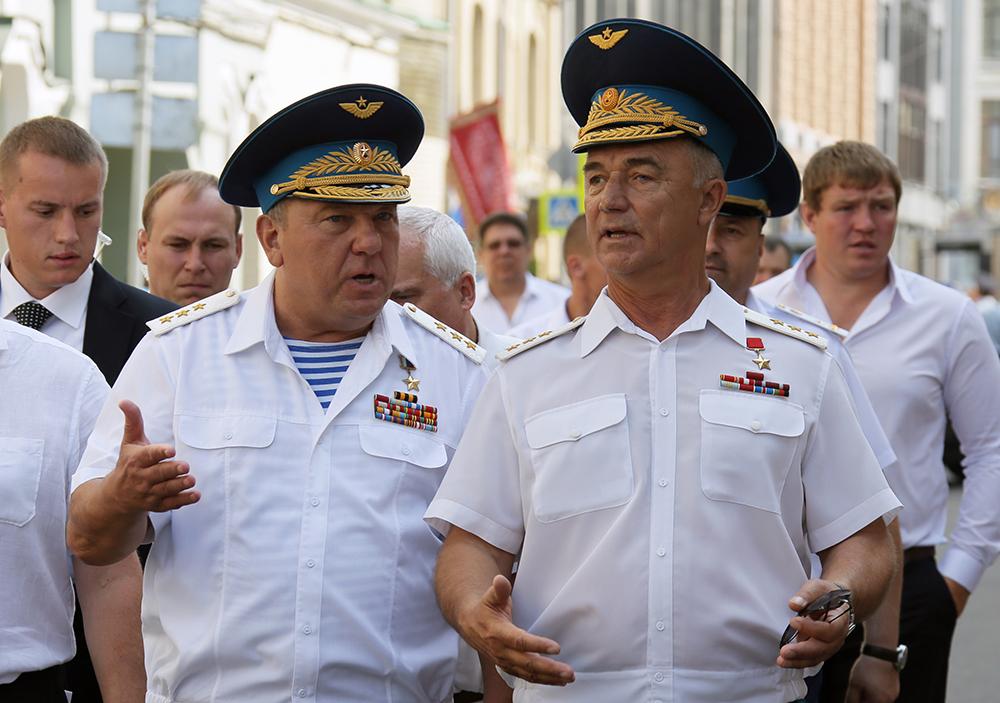Командующий ВДВ генерал-полковник Владимир Шаманов (слева на первом плане)