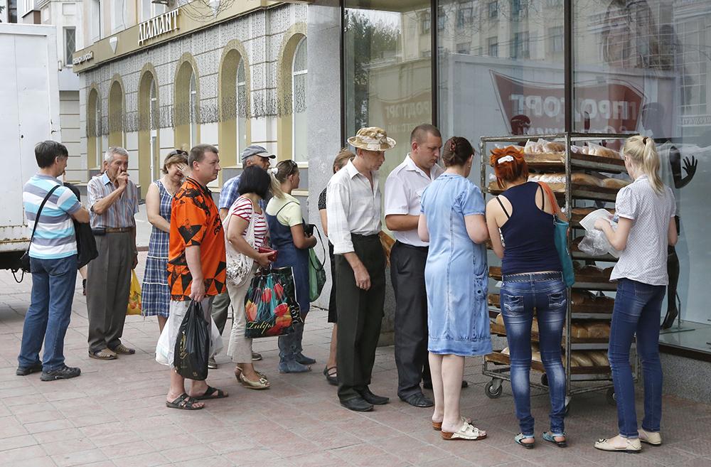 Очередь за хлебом в Луганске