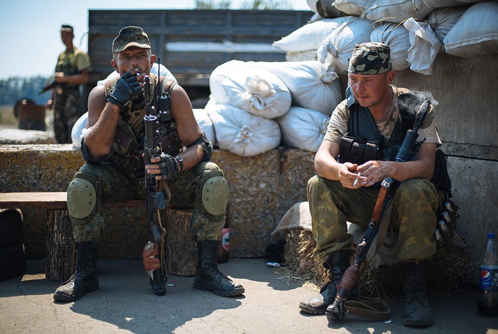 Солдаты украинской армии на блокпосту