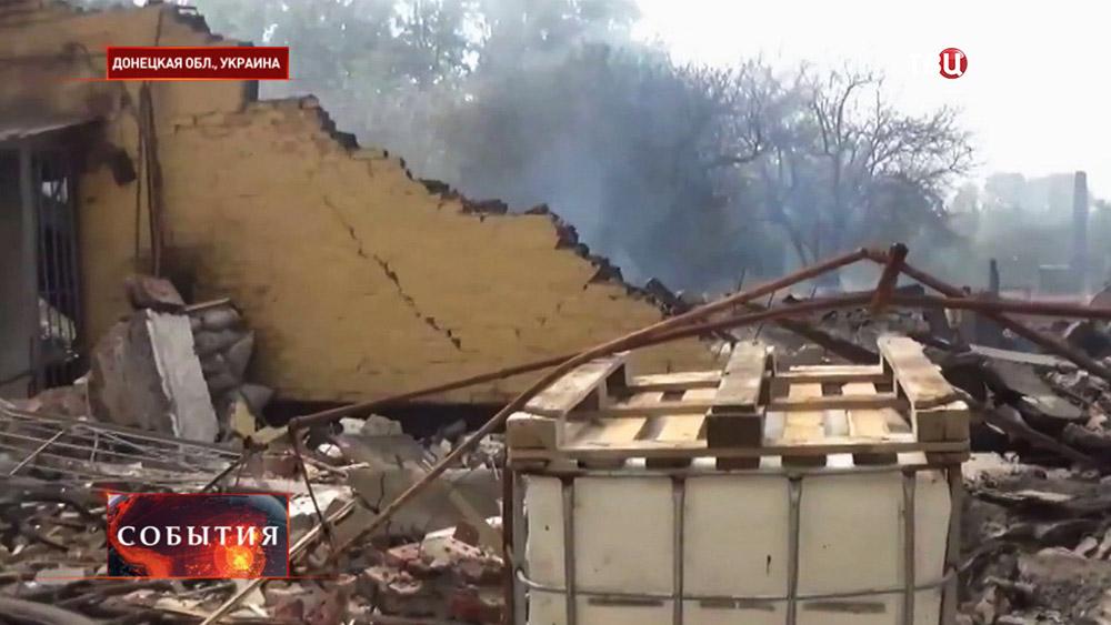 Последствия артиллерийского обстрела жилых кварталов в Донецкой области