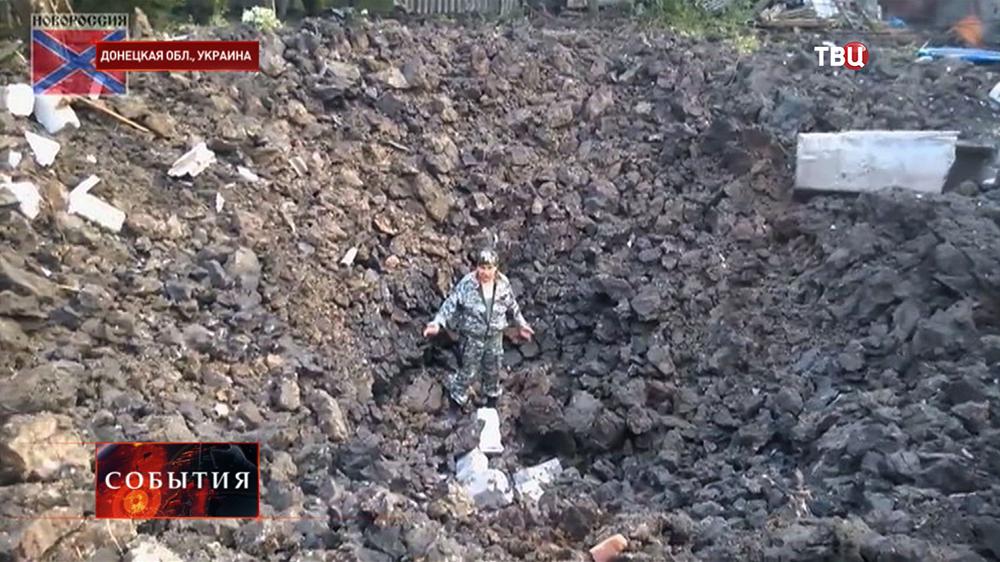 Воронка от бункерной бомбы в Донецкой области