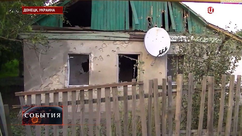 Последствия артиллерийского обстрела жилых кварталов в Донецке
