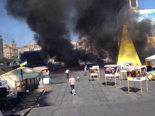 Горящие покрышки на Майдане Незалежности 7 августа 2014 года