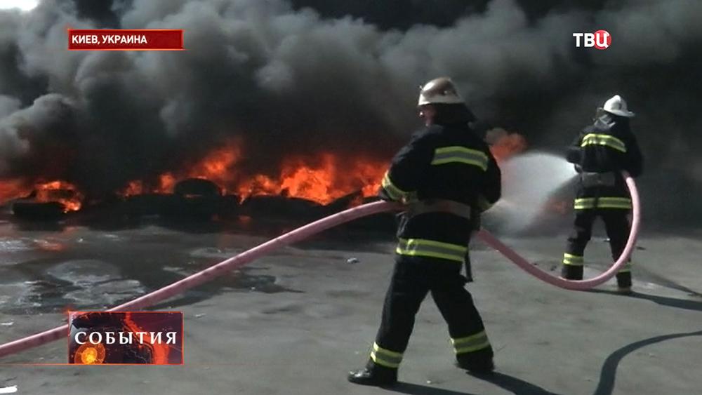 Пожарные тушат горящие покрышки на Майдане Незалежности