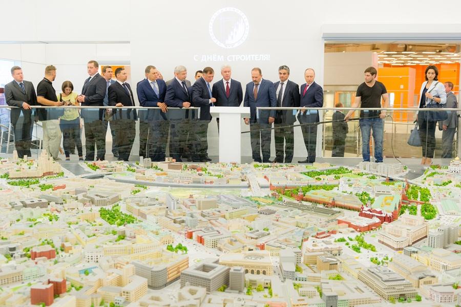Мэр Москвы Сергей Собянин осматривает макет города