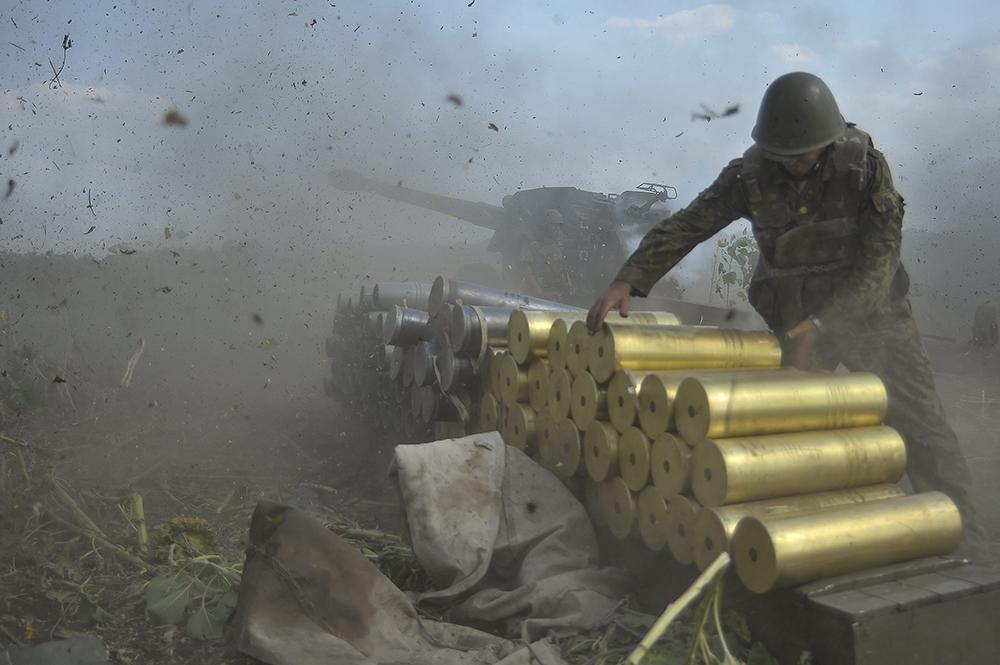 Украинский солдат артиллерийского дивизиона готовит снаряды для стрельбы