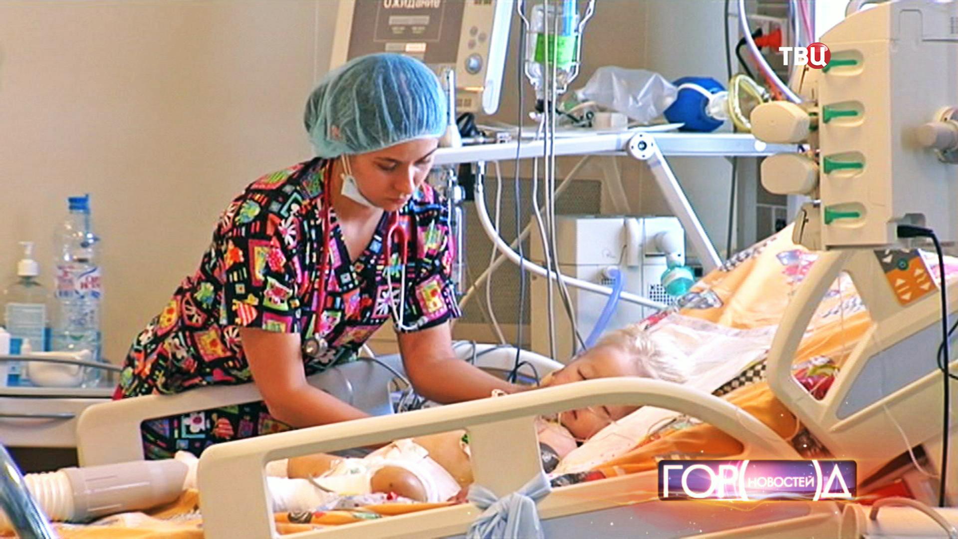 Медсестра осматривает ребенка