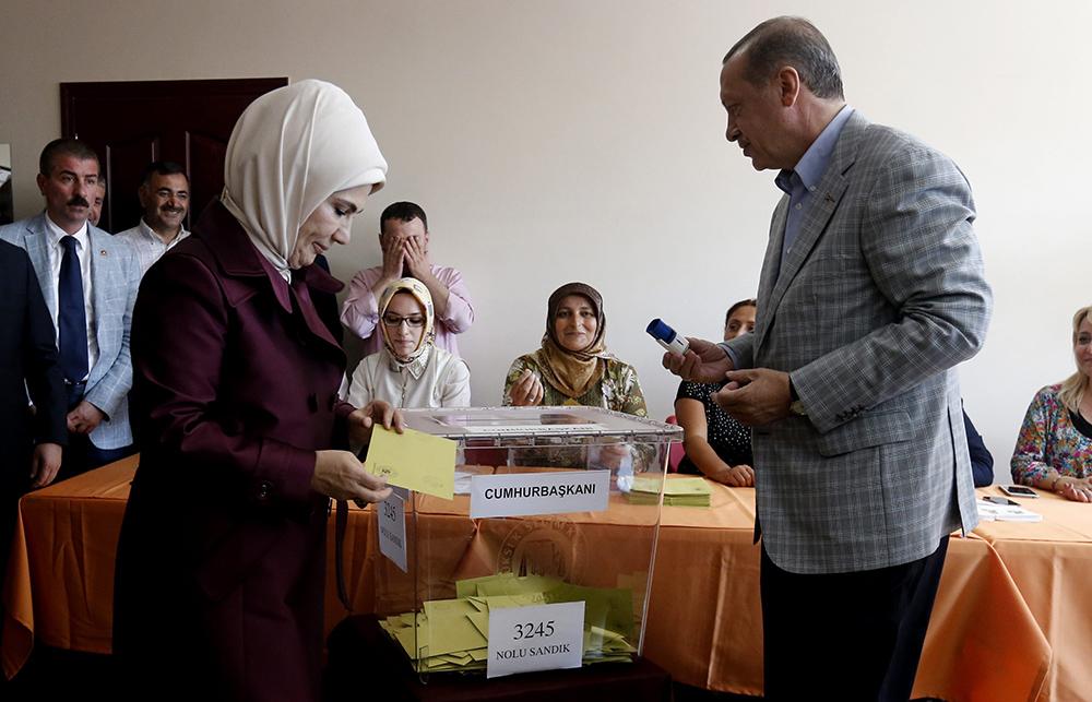 Реджип Тайип Эрдоган с супругой Эмине на избирательном участке во время голосования