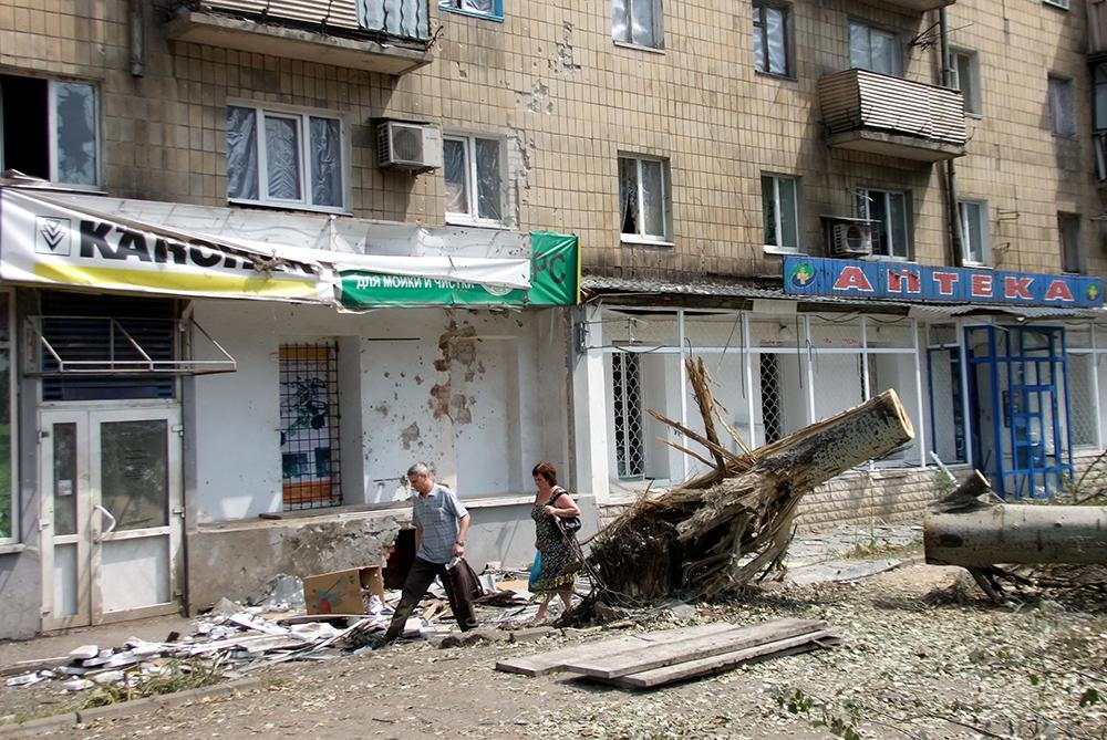 Жилой дом в Донецке после артиллерийского обстрела со стороны украинской армии