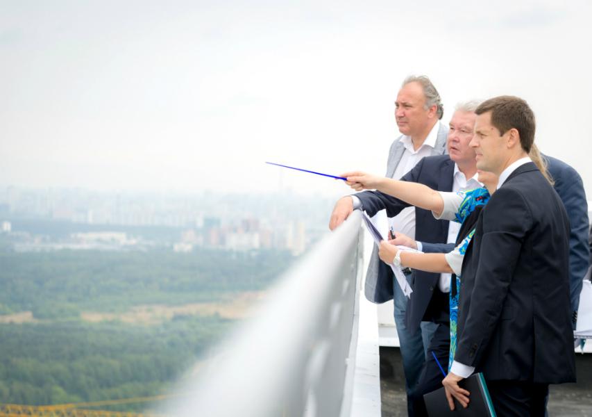 Сергей Собянин осматривает микрорайон Раменки