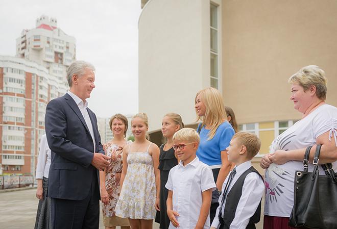 Сергей Собянин с жителями микрорайона Раменки
