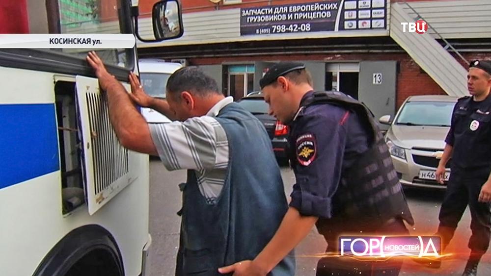 Полицейские обыскивают нелегала