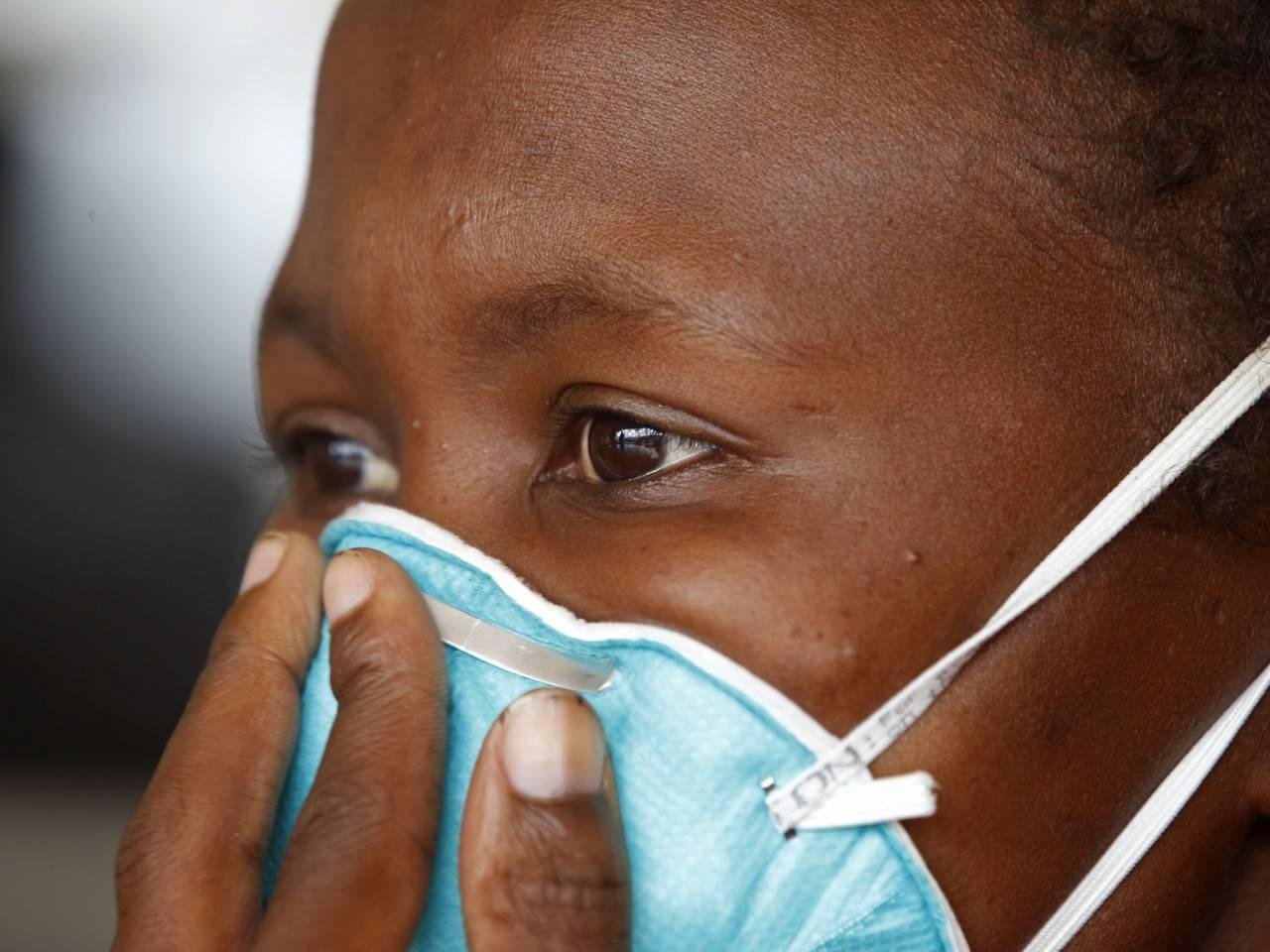 Африканец в медицинской маске