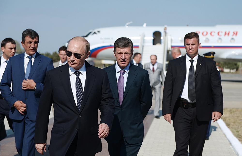 Исполняющий обязанности губернатора Севастополя Сергей Меняйло, президент России Владимир Путин и вице-премьер РФ Дмитрий Козак