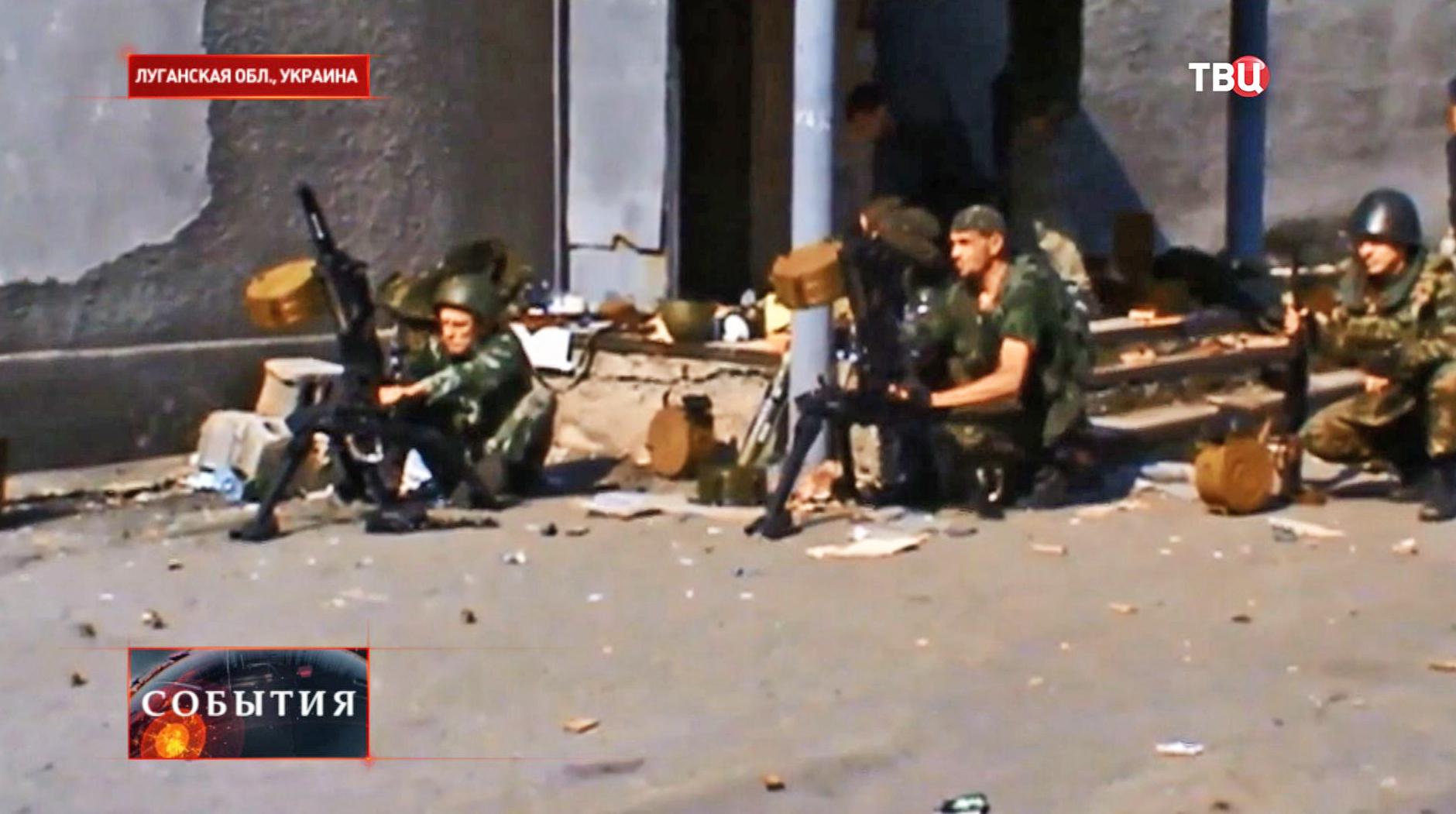 Ополченцы ведут огонь из гранатометов по позициям украинской армии