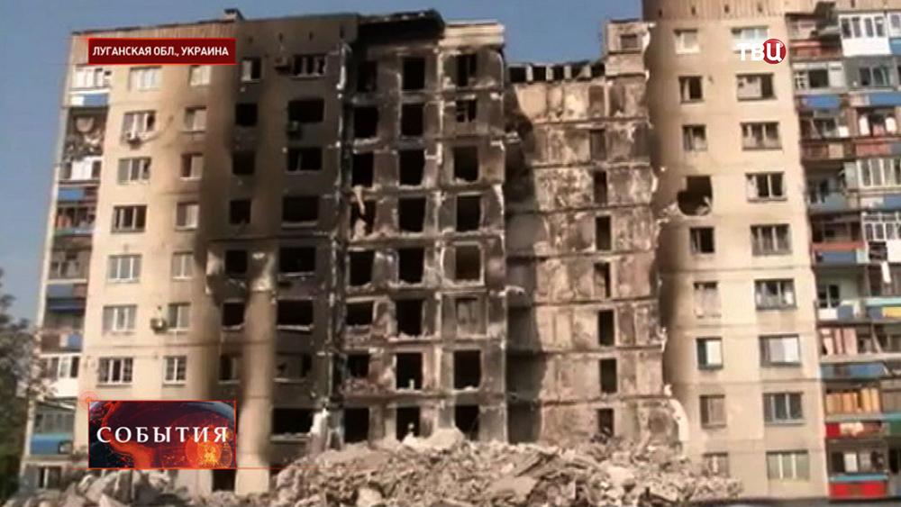 Последствия артобстрела городских кварталов в Луганской области