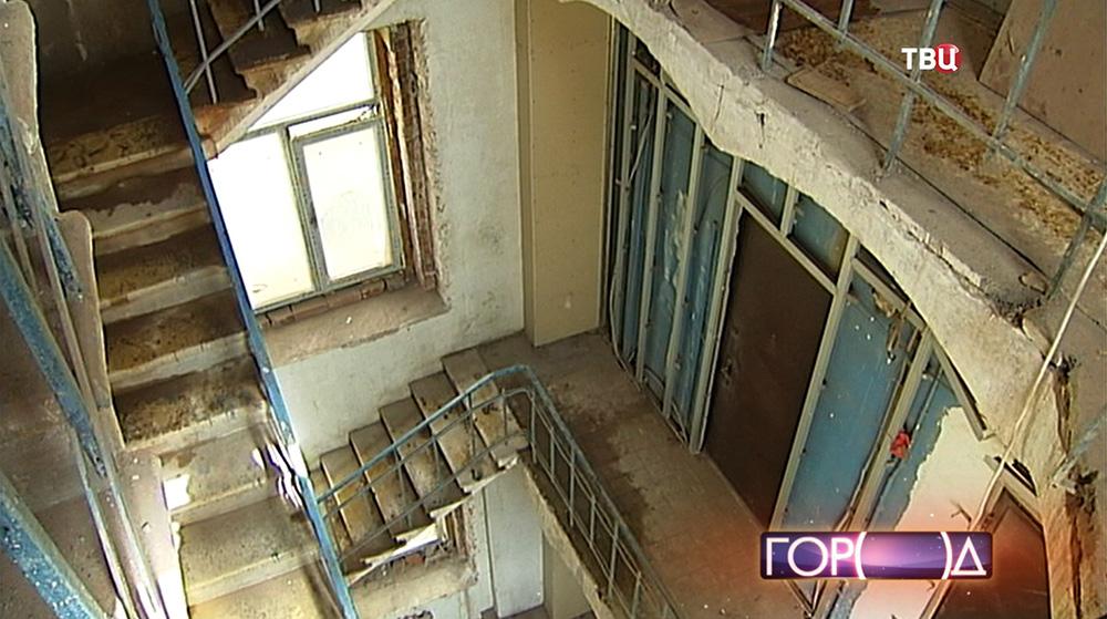 Черная лестница в старинном доме
