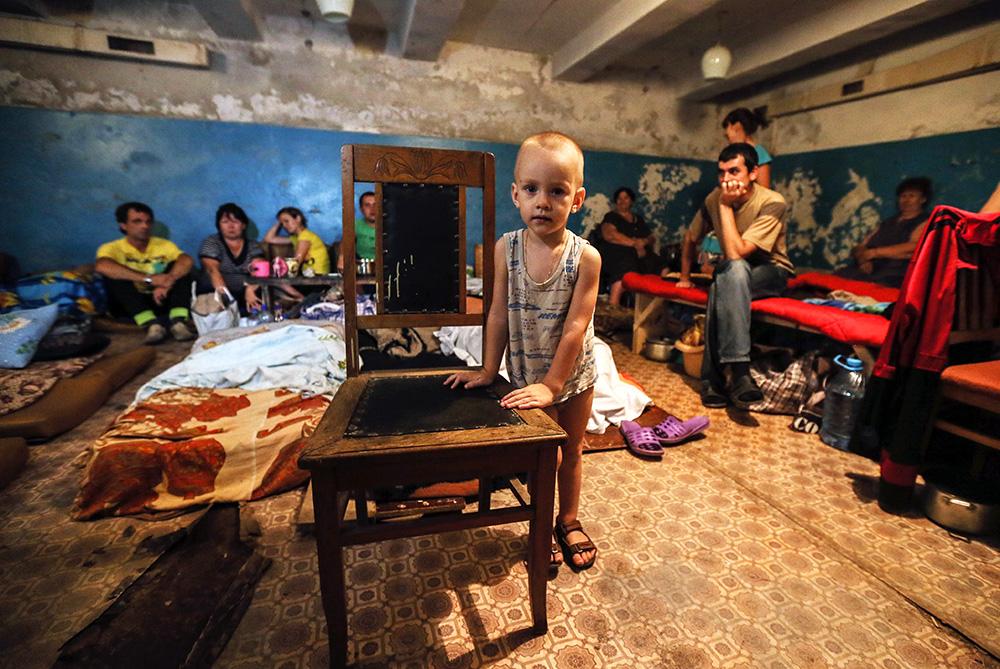 Жители юго-востока Украины в бомбоубежище