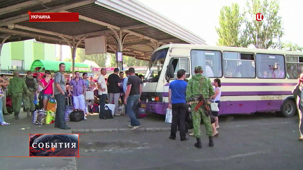 Сбор автоколонны с беженцами на юго-востоке Украины