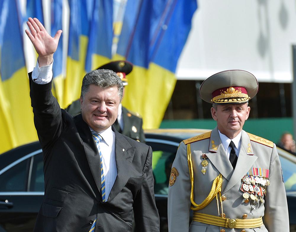 Президент Украины Петр Порошенко на военном параде в честь независимости Украины