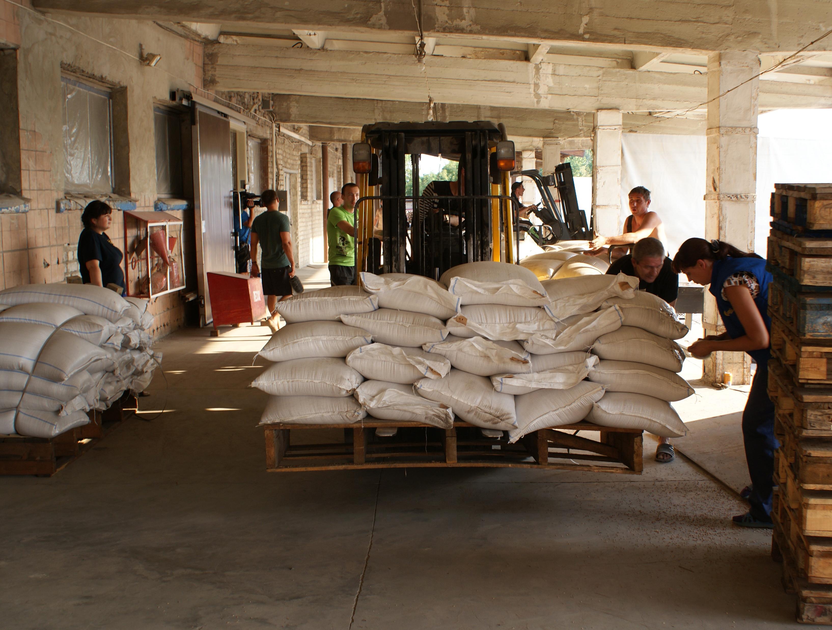 Разгрузка гуманитарных грузов для юго-востока Украины в Луганске