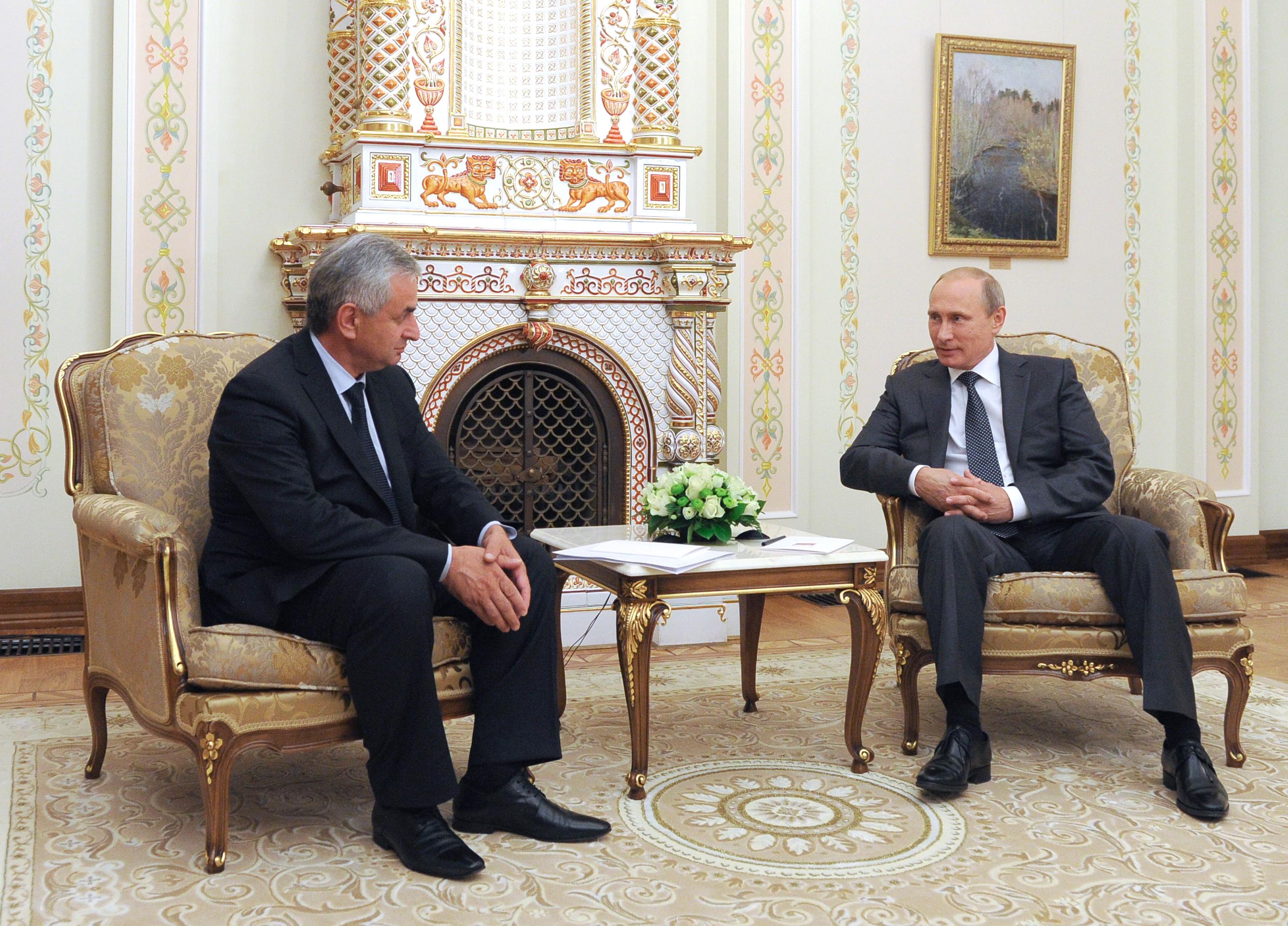 Президент России Владимир Путин и новоизбранный президент Абхазии Рауль Хаджимба во время встречи