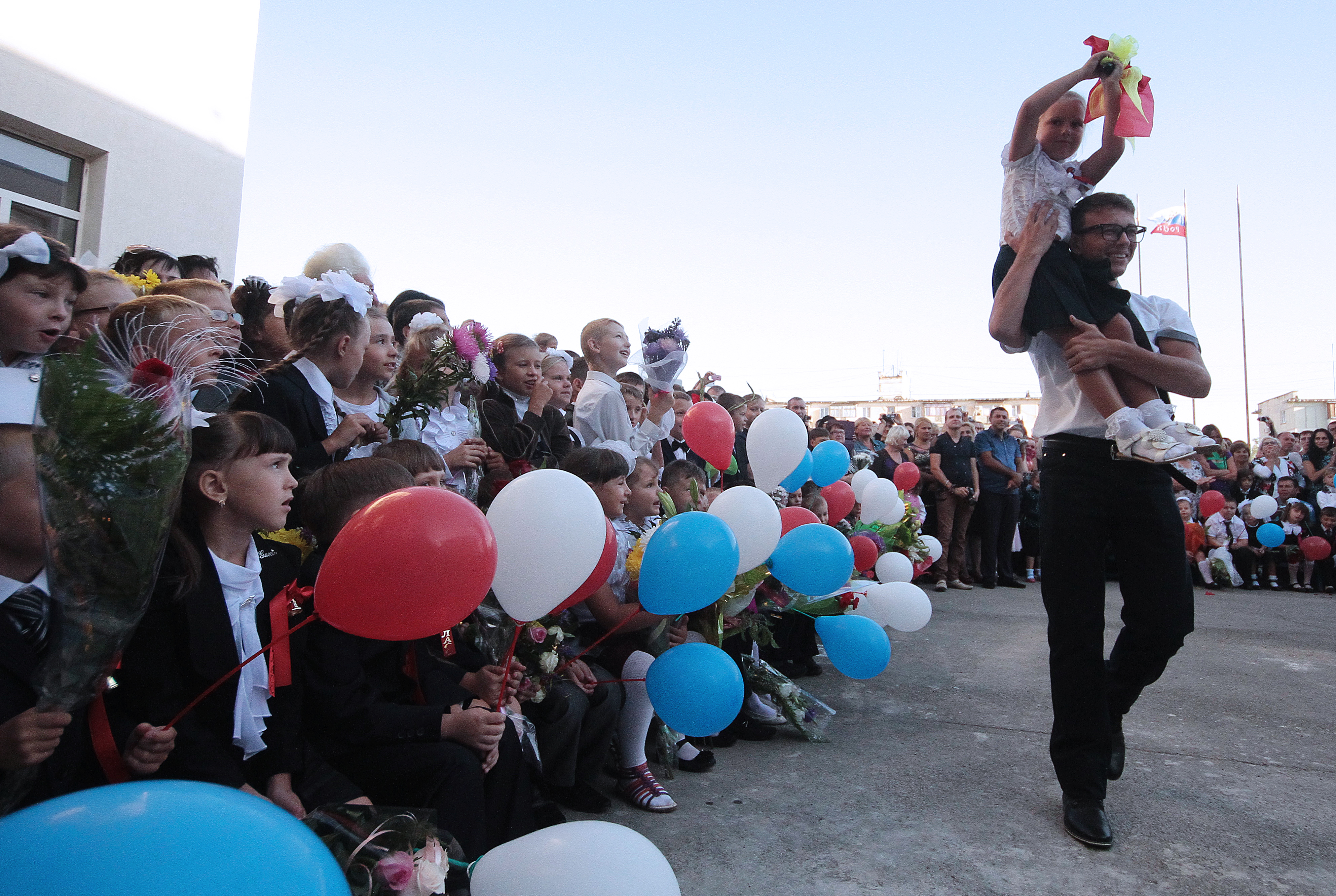 1 сентября. Ученики на торжественной линейке, посвященной Дню знаний