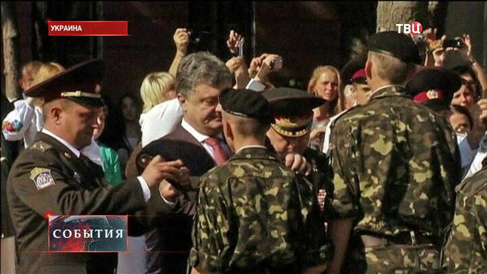 Президент Украины Петр Порошенко поздравляет кадетов