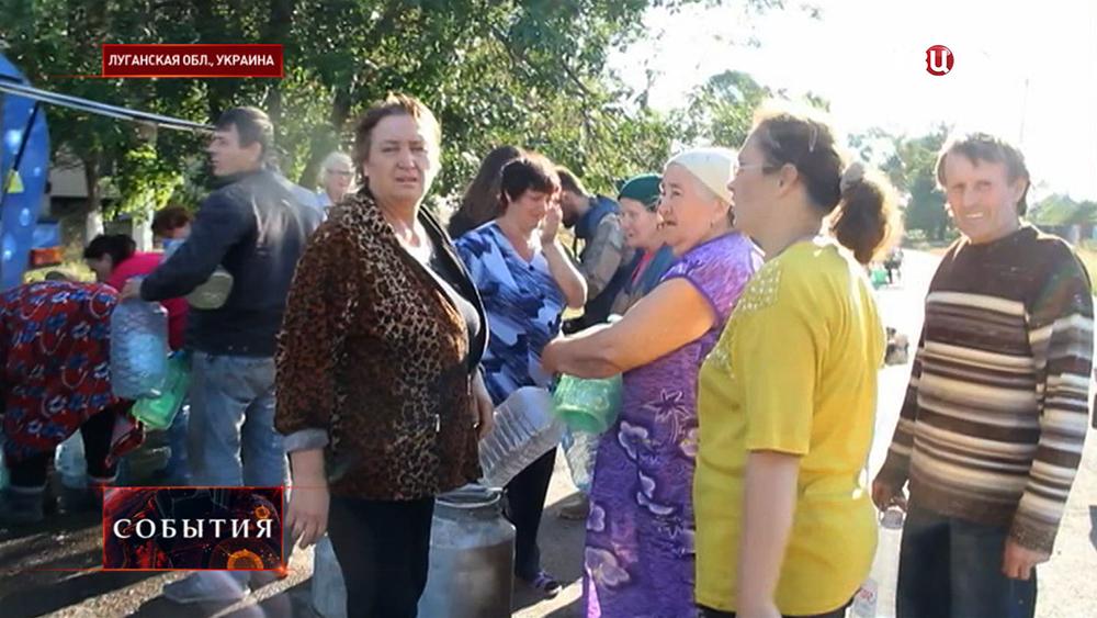 Жители Луганской области в очереди за водой