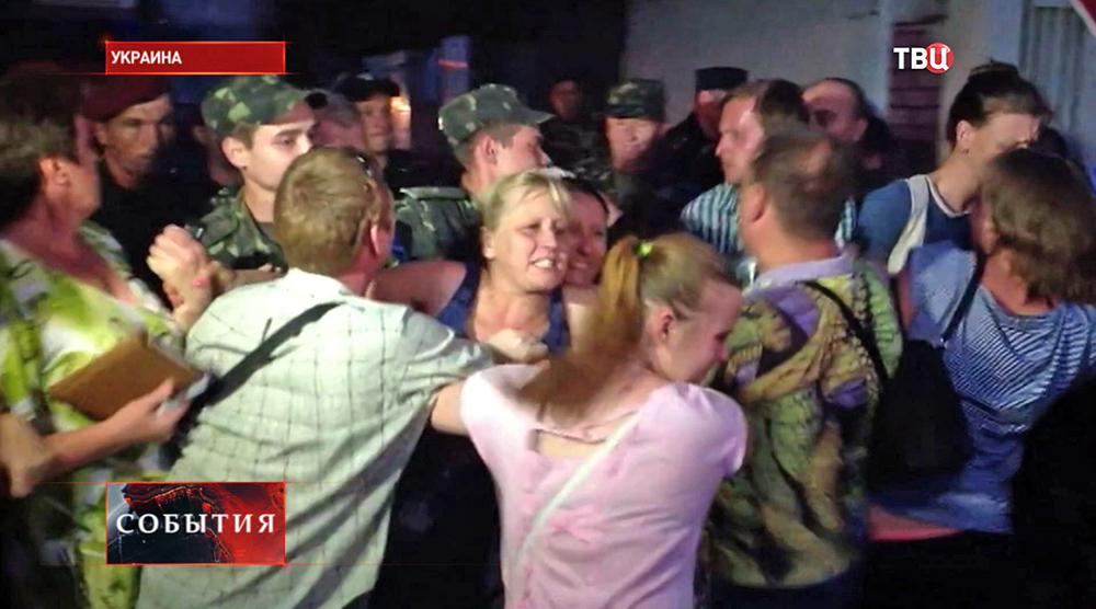 Разгон акции солдатских матерей и жен на Украине