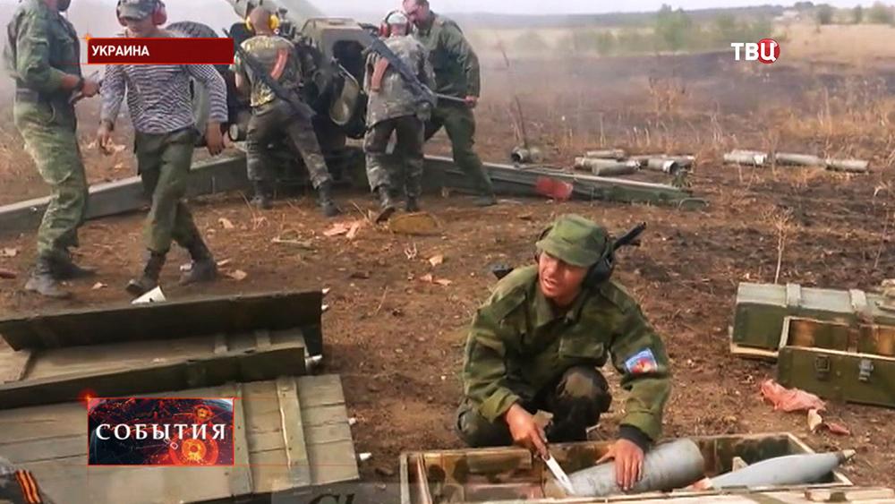 Бойцы народного ополчения Новороссии ведут артобстрел позиций украинских войск