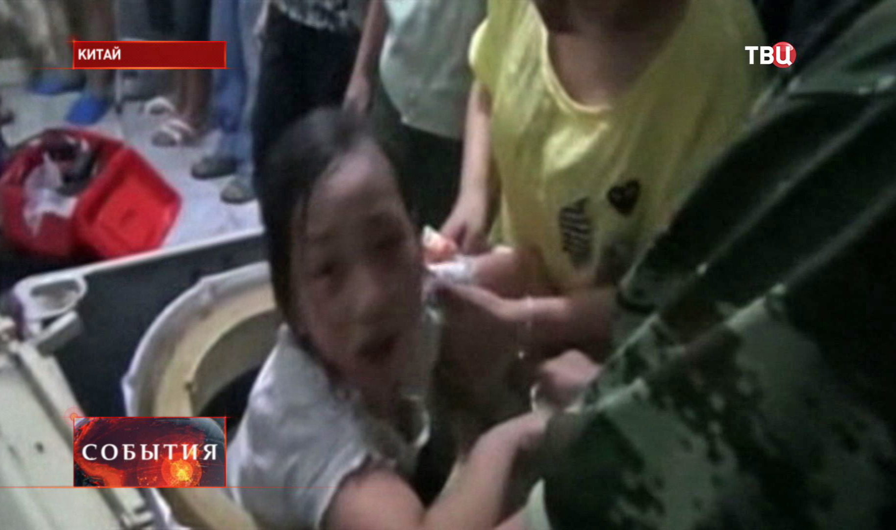 Девочка застряла в стиральной машине