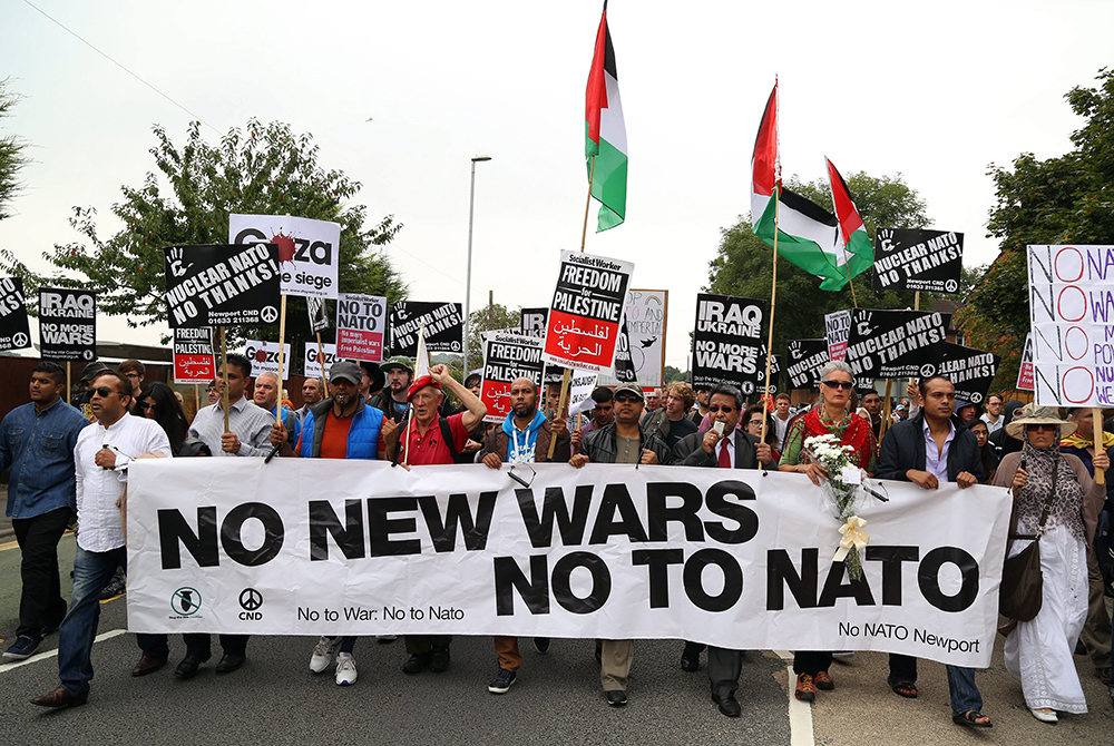 Антивоенная демонстрация во время саммита НАТО
