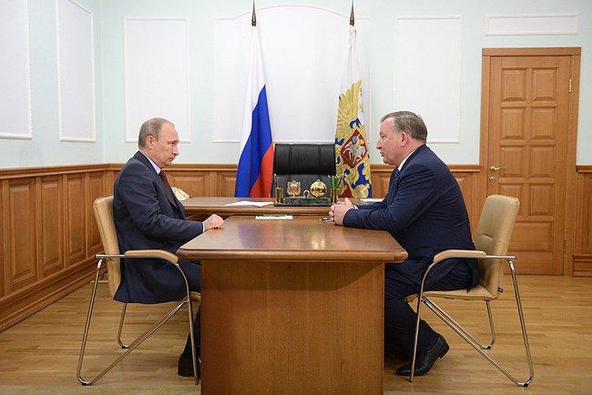 Президент России Владимир Путин и исполняющий обязанности губернатора Алтайского края Александр Карлиным