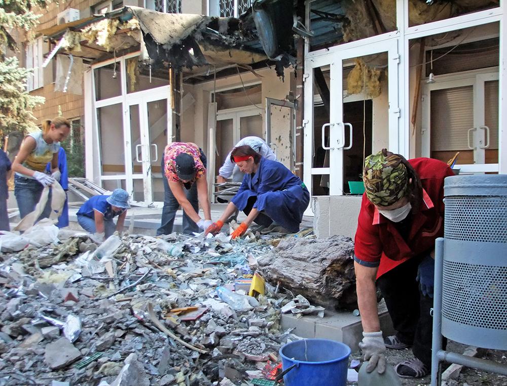 Жители Донецка устраняют последствия обстрела