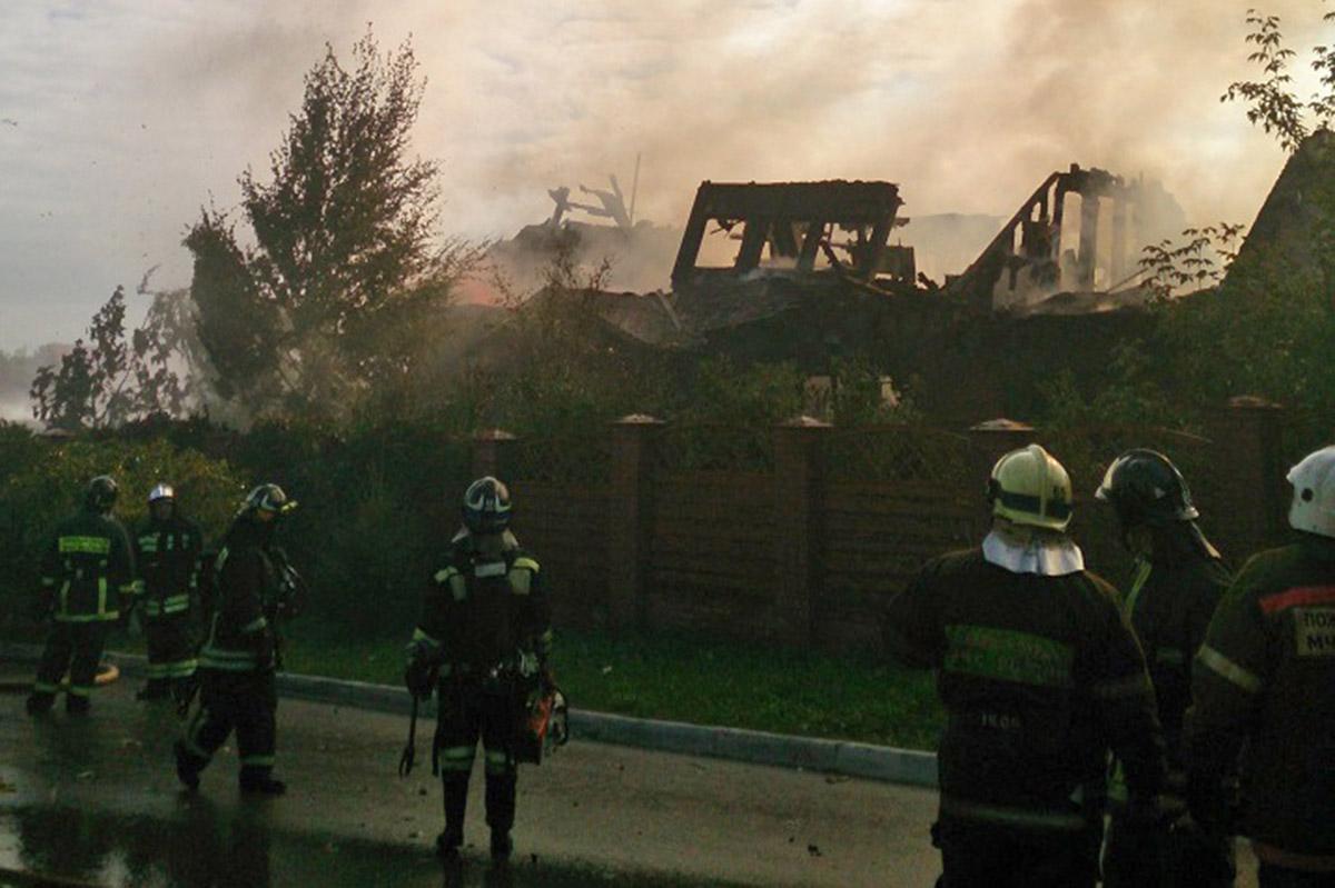 Во время тушения пожара в коттеджном поселке