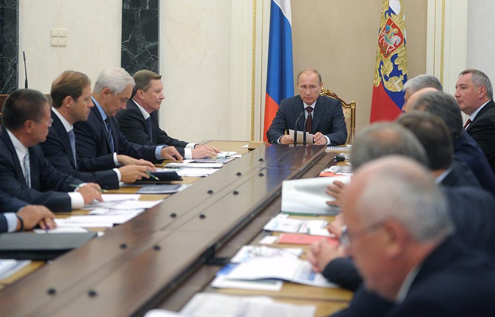 Президент России Владимир Путин на совещании в Кремле