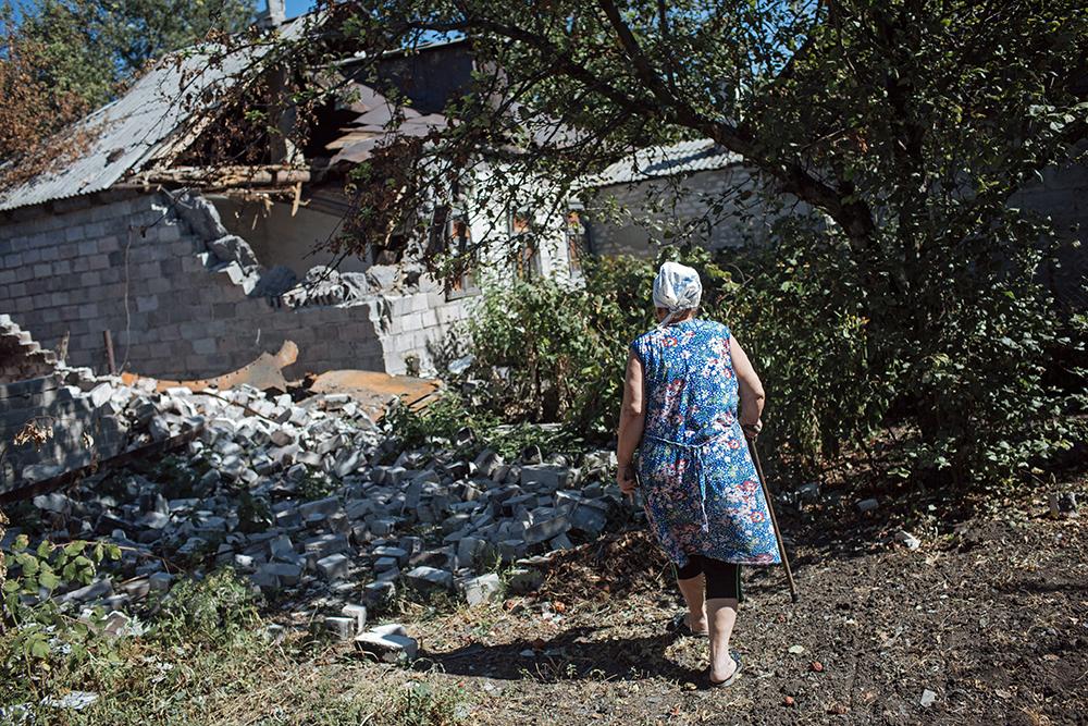 Жительница села Первомайского у своего дома