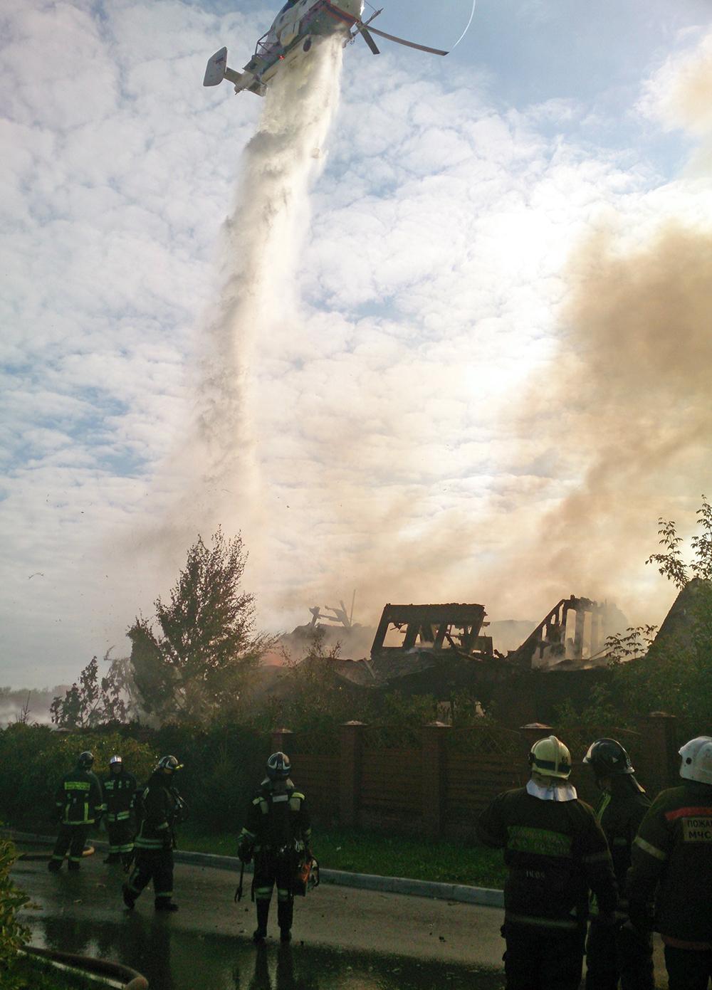 Тушение пожара в частном доме в пригороде города Химки