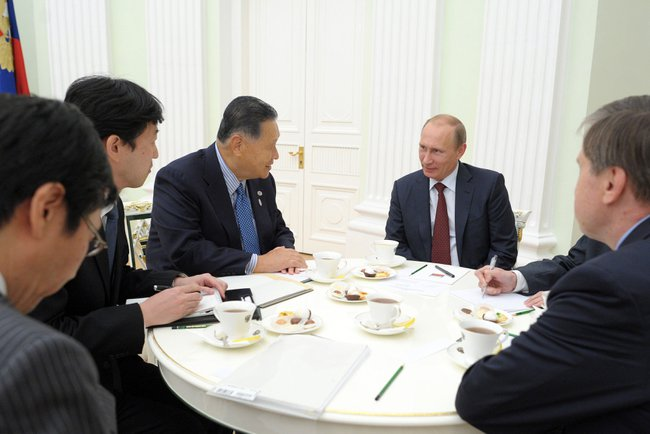 Президент России Владимир Путин и экс-премьер-министр Японии Ёсиро Мори