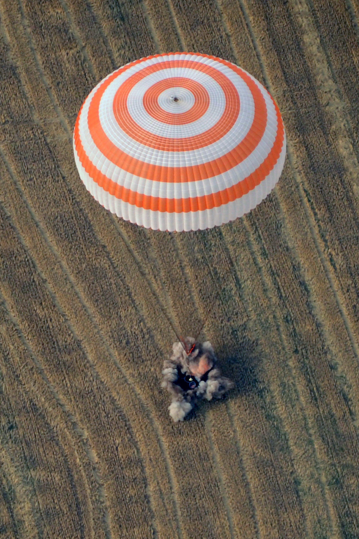 Экспедиция МКС приземлилась в Казахстане