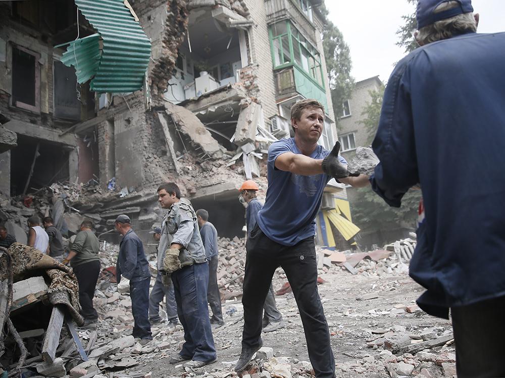 Во время разбора завалов в Донецке